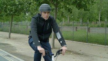 Ford phát triển áo khoác tích hợp đèn xi-nhan cho người đi xe đạp
