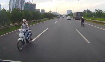 """""""Ninja"""" thản nhiên đi ngược chiều trên cao tốc Láng - Hòa Lạc"""