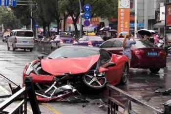 """Vừa làm quen, nữ tài xế đã cho siêu xe Ferrari """"toác đầu"""""""
