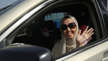 """Phụ nữ Ả-rập Xê-út """"ăn mừng"""" ngày đầu tiên được lái xe"""