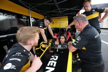 """Vừa được """"cởi trói"""", phụ nữ Ả-rập Xê-út đã trổ tài với xe đua F1"""