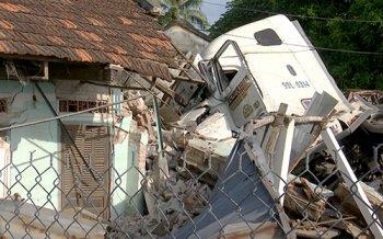 Container tông sập nhà dân, 3 người bị thương nặng