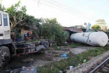 Nghệ An: Tàu hỏa đâm văng xe bồn, 3 người bị thương nặng