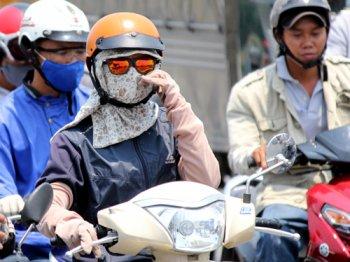 Đi xe máy, chống chọi ra sao với trời nắng nóng?