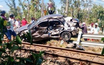 Xe KIA bị tàu hỏa tông trực diện, 2 người bị thương