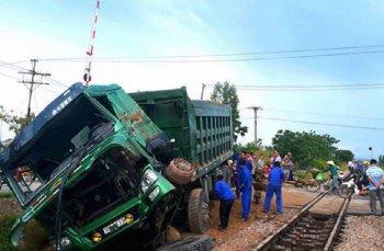 Xe tải chết máy bị tàu hỏa hất văng