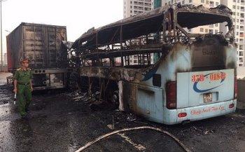 Hà Nội: Xe khách đâm đuôi container bốc cháy, một phụ nữ chết thảm