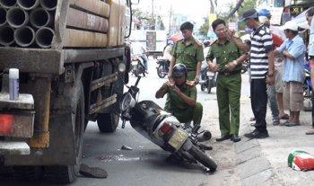 Lọt vào gầm xe tải, tài xế Grabbike thiệt mạng khi chở khách
