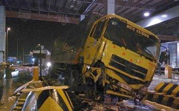 Xe tải tông trạm thu phí cao tốc Trung Lương - TP.HCM