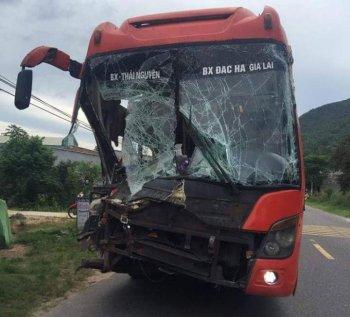 Xe khách biến dạng sau tai nạn liên hoàn, hành khách khiếp vía