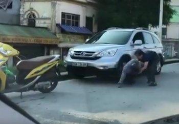 """Video: Sau va chạm, người lái xe máy và ôtô nhảy vào """"choảng nhau"""""""