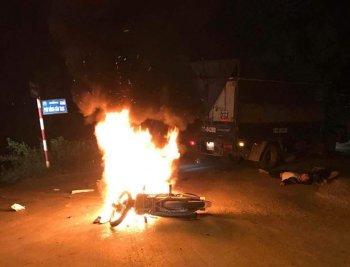 Xe máy cháy ngùn ngụt sau va chạm, hai anh em thương vong