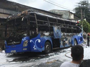 Xe khách cháy trơ khung giữa đường phố Sài Gòn