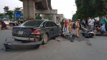 Hà Nội: BMW gây tai nạn liên hoàn, xe máy nằm ngổn ngang