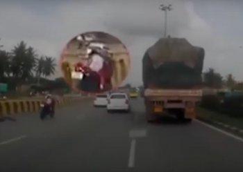 Video: Bố mẹ văng khỏi xe sau tai nạn, con nhỏ một mình phóng như bay