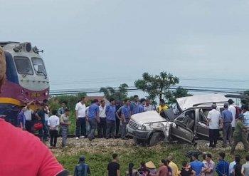 Ôtô bị tàu hoả kéo lê, 4 người thương vong