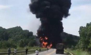 Xe bồn chở dầu cháy ngùn ngụt trên cao tốc Nội Bài - Lào Cai