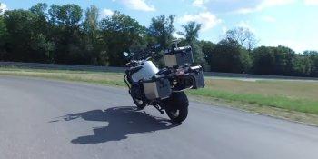 """BMW """"trình diễn"""" môtô tự cân bằng trên đường thử"""