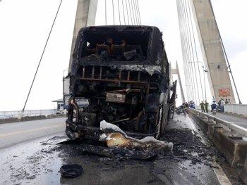 Hải Phòng: Xe khách cháy trơ khung trên cầu Bính