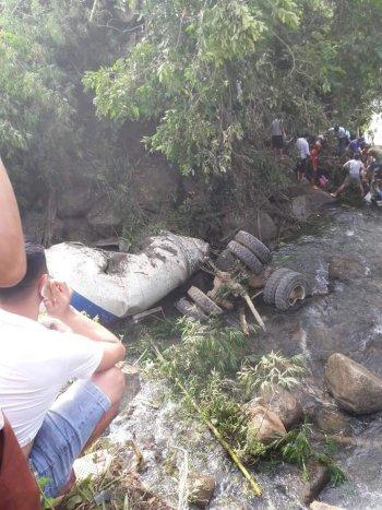 Xe bồn đâm xe khách lao xuống suối, hơn 10 người thiệt mạng