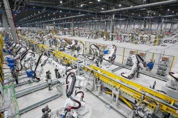 """Có gì bên trong nhà máy ô tô """"ngập tràn robot"""" của VinFast"""