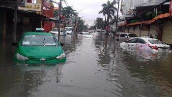 """Chùm ảnh """"sốc"""" xe ôtô thành """"tàu ngầm"""" do bão số 9 tại Sài Gòn"""