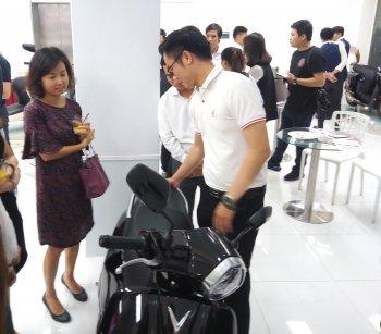 Chuyên viên Vinfast tư vấn thêm cho khách Sài Gòn về xe máy điện Klara