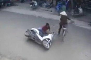 """Cụ bà đi xe đạp """"đánh lái"""" khiến cô gái """"ngã sấp mặt"""""""