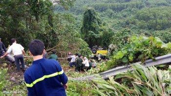 Xe khách rơi xuống đèo Hải Vân, nhiều người bị thương