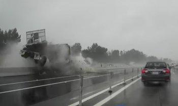 Video: Xe đầu kéo gây tai nạn liên hoàn, xới tung dải phân cách