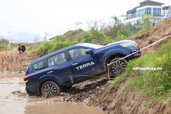 Lái Nissan Terra vượt qua 5 bài trải nghiệm địa hình