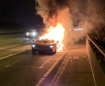 """Siêu bò"" Lamborghini cháy ngùn ngụt khi vừa rời khỏi gara sửa chữa"