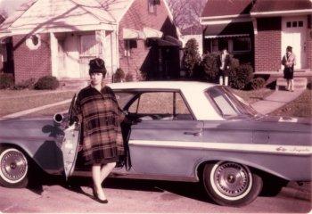 """Khi """"người đẹp"""" thập niên 60 tạo dáng bên xe hơi"""