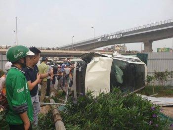 Ô tô Mercedes mất lái tông hàng loạt xe máy rồi lật nghiêng tại Hà Nội