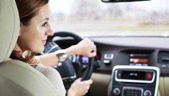 Kinh nghiệm lái xe an toàn cho tài xế nữ