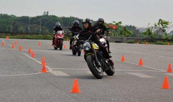 Kỹ năng lái xe mô tô an toàn: Tư thế lái xe mô tô cơ bản