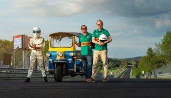"""Xe tuk-tuk mạo hiểm """"chinh phục"""" đường đua Nurburgring"""