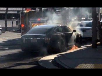 Tesla Model S bất ngờ bốc cháy khi đang sạc pin