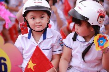 Honda Việt Nam trao tặng mũ bảo hiểm dịp khai giảng năm học mới