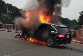 Chiếc Mercedes-Benz GLC bốc cháy dữ dội sau va chạm với xe máy