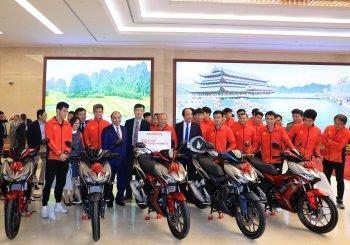 Honda Việt Nam trao tặng xe máy cho các đội tuyển bóng đá Việt Nam