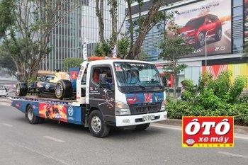 M2 mang mô hình xe đua F1 diễu hành quanh Hà Nội