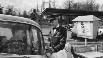 Kinh doanh ẩm thực thời Covid-19: Phục vụ khách tại cửa xe hơi 
